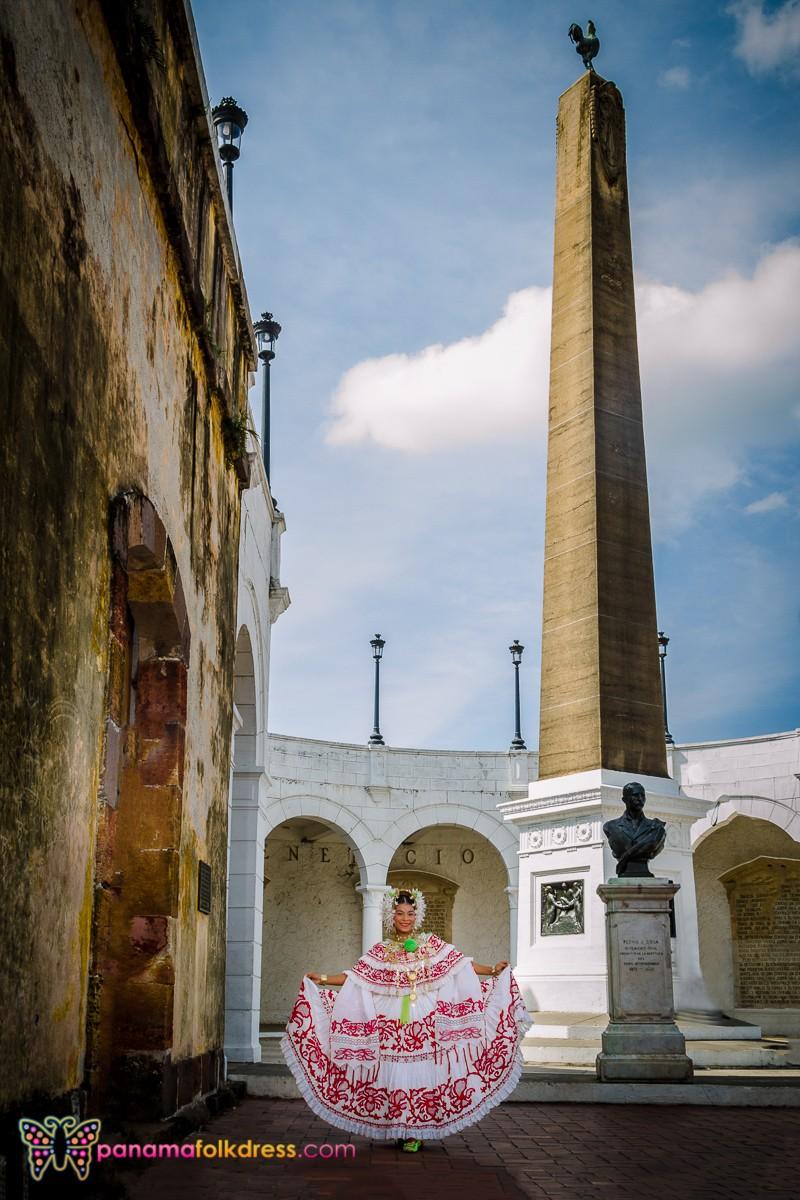 Empollerada en el casco antiguo con el obelisco en la plaza de Francia de fondo